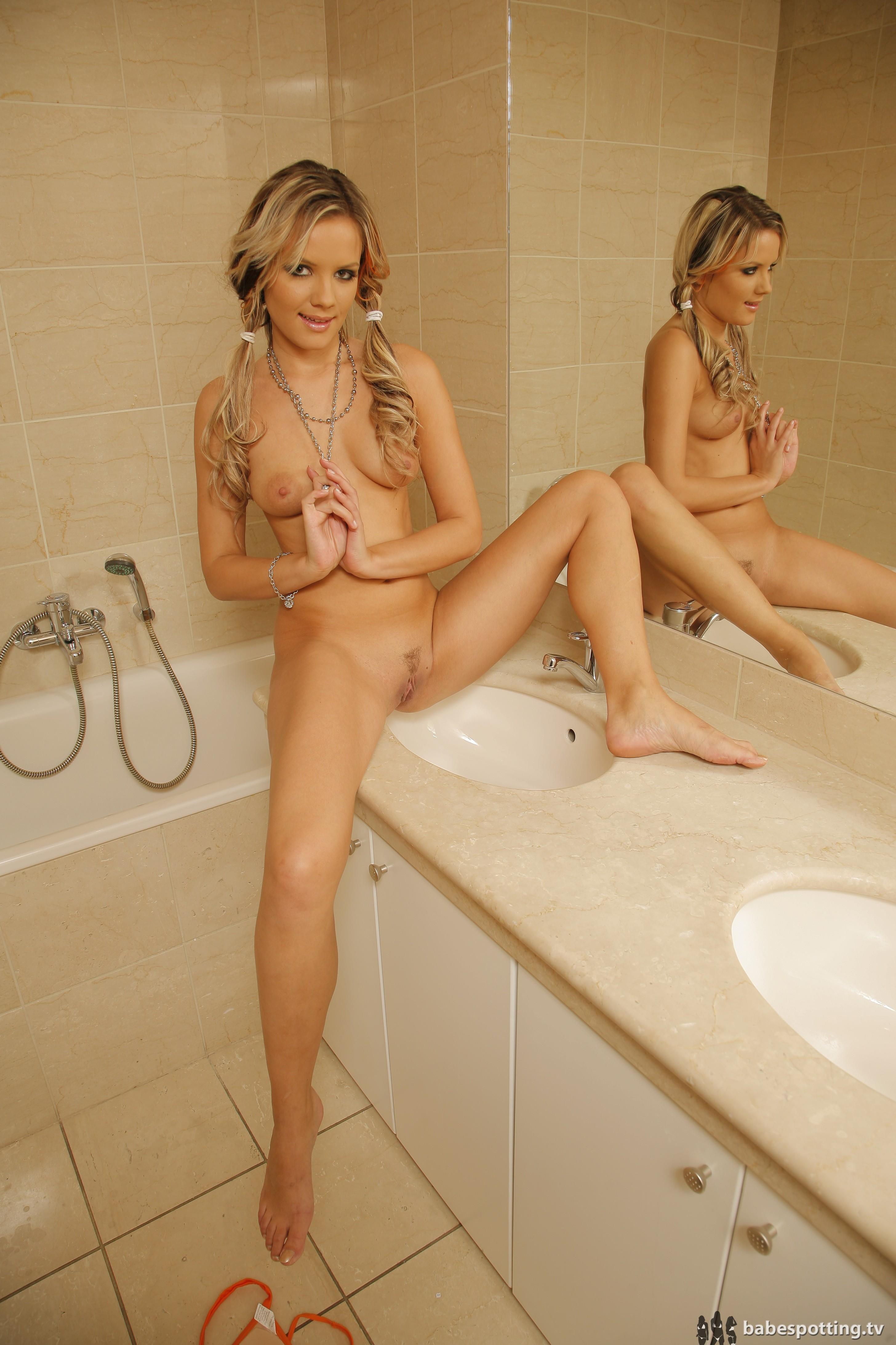 young-babe-bath-nude-bangla-nagit-phato
